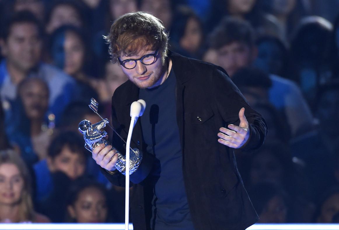 Ed Sheeran recoge el premio a mejor artista del año, en la gala MTV Video Musica Awards.