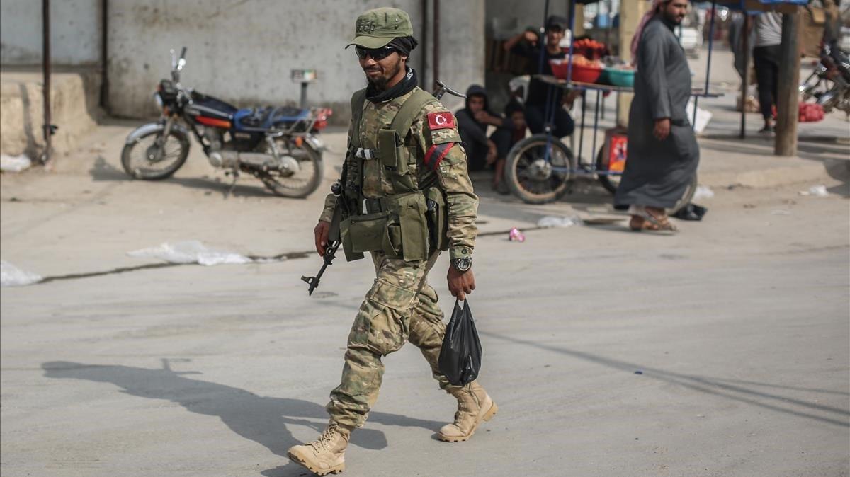 Un soldado turco en la ciudad siria de Tell Abiad tras expulsar a los milicianos kurdos.