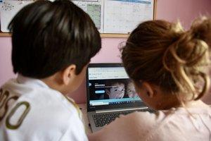 Unos niños participan en una actividad informática de CaixaProinfancia.