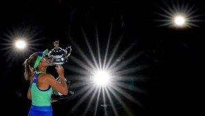 Sofia Kenin levanta el trofeo tras derrotar en la final a Garbiñe Muguruza.