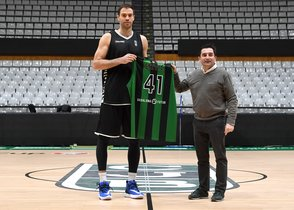 Stevic posa con su nueva camiseta junto al director deportivo Jordi Martí