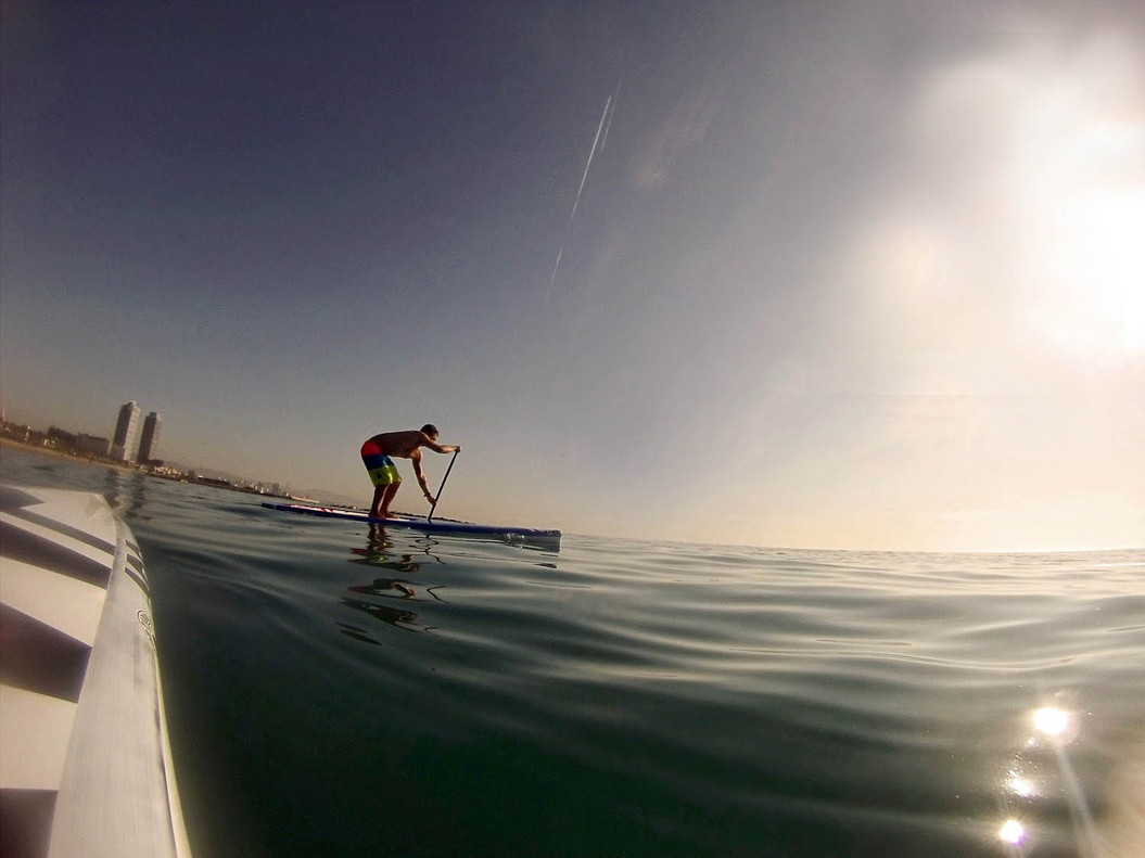 Un paddlesurfero del Molokai SUP Center de Barcelona.