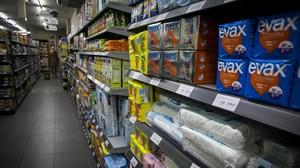 Estantes con productos de higiene íntima femenina en un supermercado barcelonés.