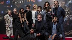 Foto de familia de El Ministerio del Tiempo, con Javier Olivares y Marc Vigil, abajo, a la derecha, con los actores de la serie.