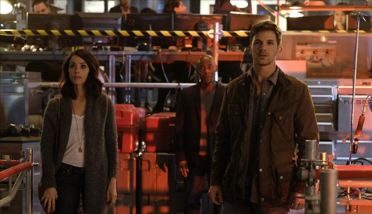 De izquierda a derecha, Abigail Spencer, Malcolm Barrett y Matt Lanter, en una escena de la serie Timeless.