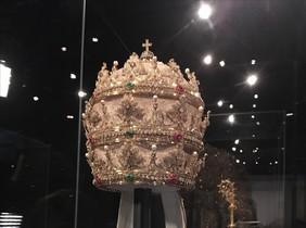 Esta tiara procedente de la sacristía de la Capilla Sixtina del Vaticano se expondrá del 10 de mayo al 8 de octubre en la exposición 'Cuerpos celestes: la moda y la imaginación católica', en elCostume Institute.