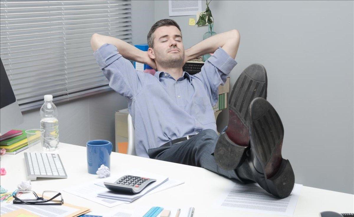 Un trabajador pierde el tiempo en la oficina.