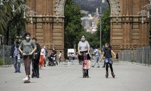 Transeúntes y deportistas vuelven al paseo de Sant Joan de Barcelona, este sábado 2 de mayo, primer día de permiso.