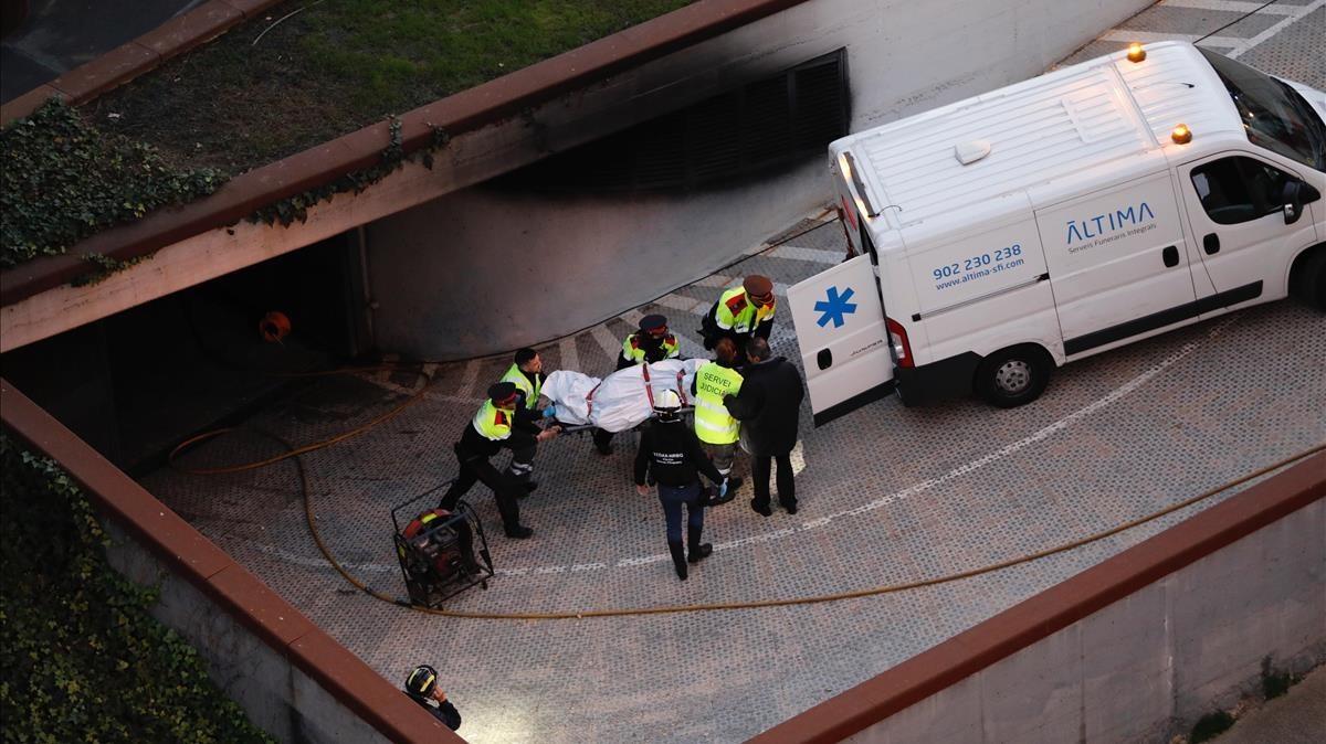 Traslado del cuerpo de la víctima de la explosión del coche bomba en Viladecans.