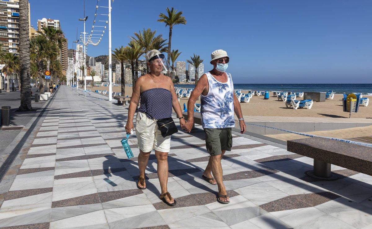 Una pareja paseando por la playa Levante, en Benidorm.