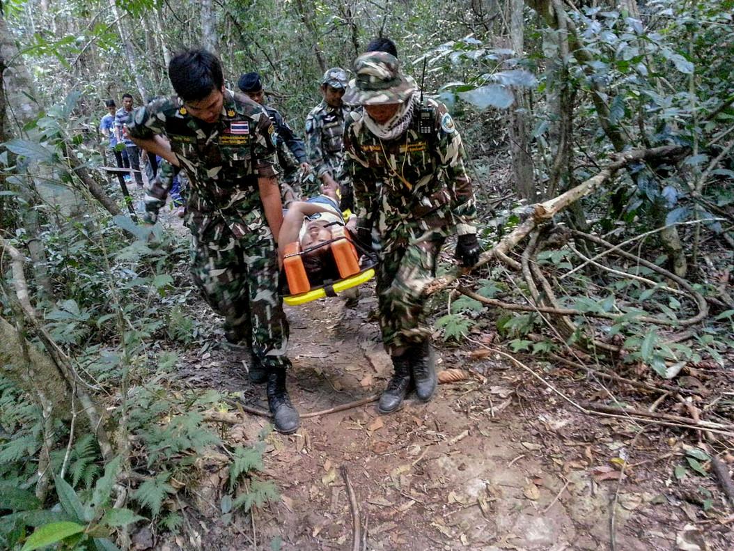 La turista francesa Muriel Benetulier es llevada al hospital tras ser mordida por un cocodrilo al intentar hacerse un selfi con el animal, en el parque nacional de Khao Yai, en Bangkok (Tailandia), el 1 de enero.