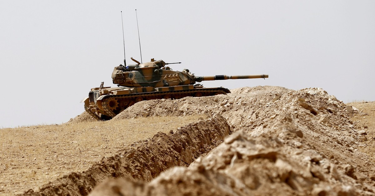 Un tanque turco junto a la frontera con Siria.