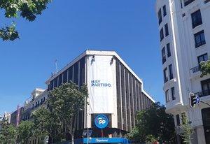 La nueva pancarta que adorna la fachada de la sede del Partido Popular, en Génova 13 (Madrid).