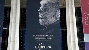 Una banda publicitaria del tenor Plácido Domingo colgada en la Ópera de Los Ángeles, un día después de ser acusado de acoso sexual por hasta nueve mujeres.