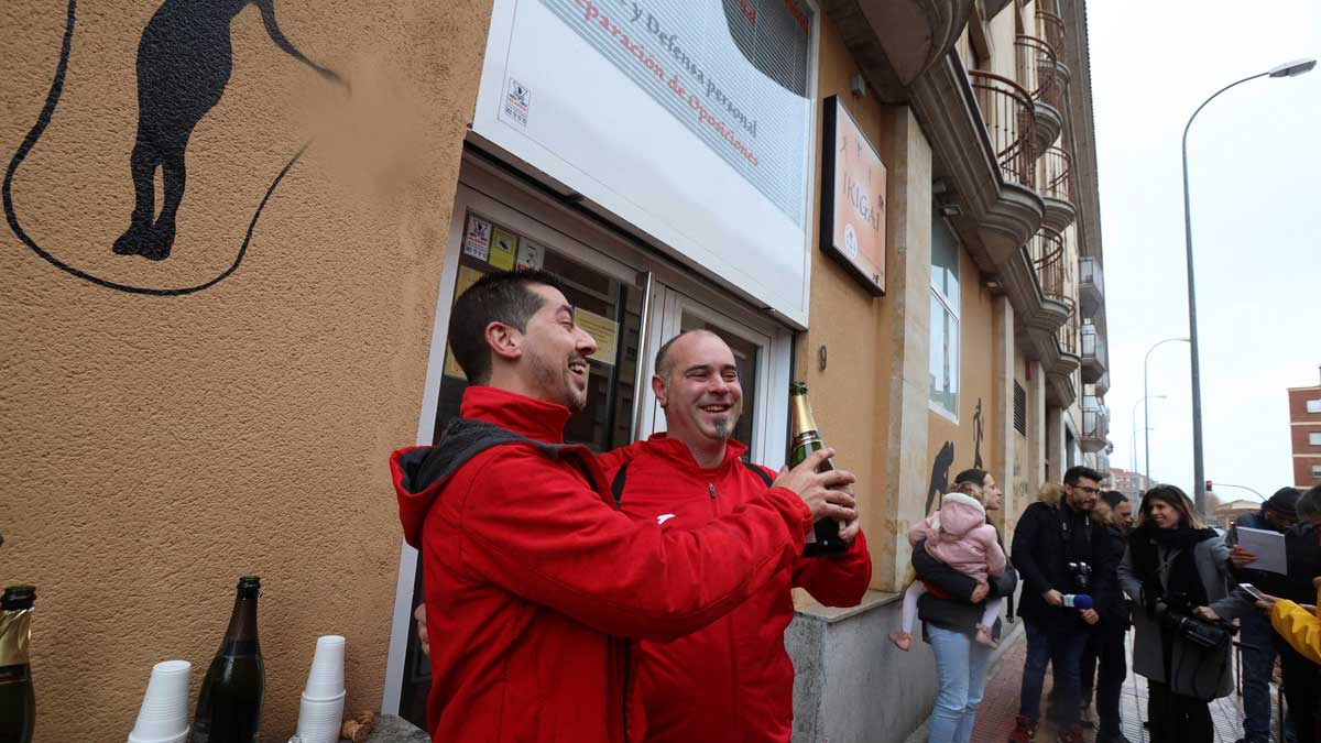 LaEscuela de Judo Seiza de Salamancaha repartido 80 millones de euros en participaciones correspondientes a unos 200 décimos premiados con el número 26.590,agraciado con el primer premiode la Lotería de Navidad 2019, mientras que otros 50 décimos se vendieron por ventanilla.