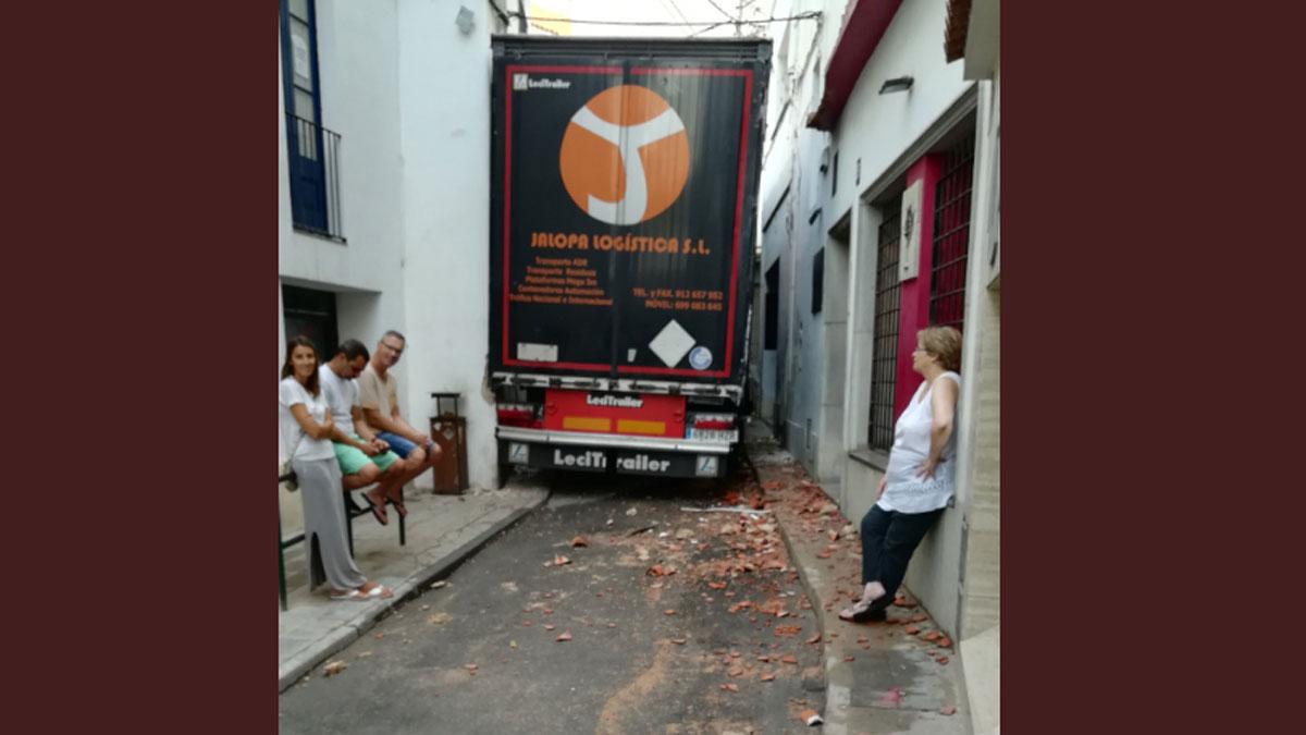 Un Camionero Empotra El Trailer En Calle De Sant Pol De Mar
