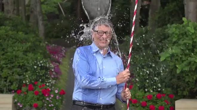 Bill Gates se moja por la ELA