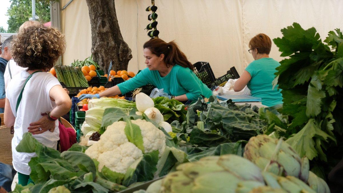 Una paradista vende frutas y hortalizas en el Mercat de Pagès de Viladecans