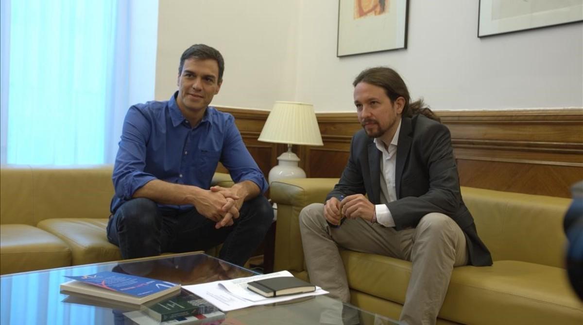 Pedro Sánchez y Pablo Iglesias en una reunión el pasado verano.