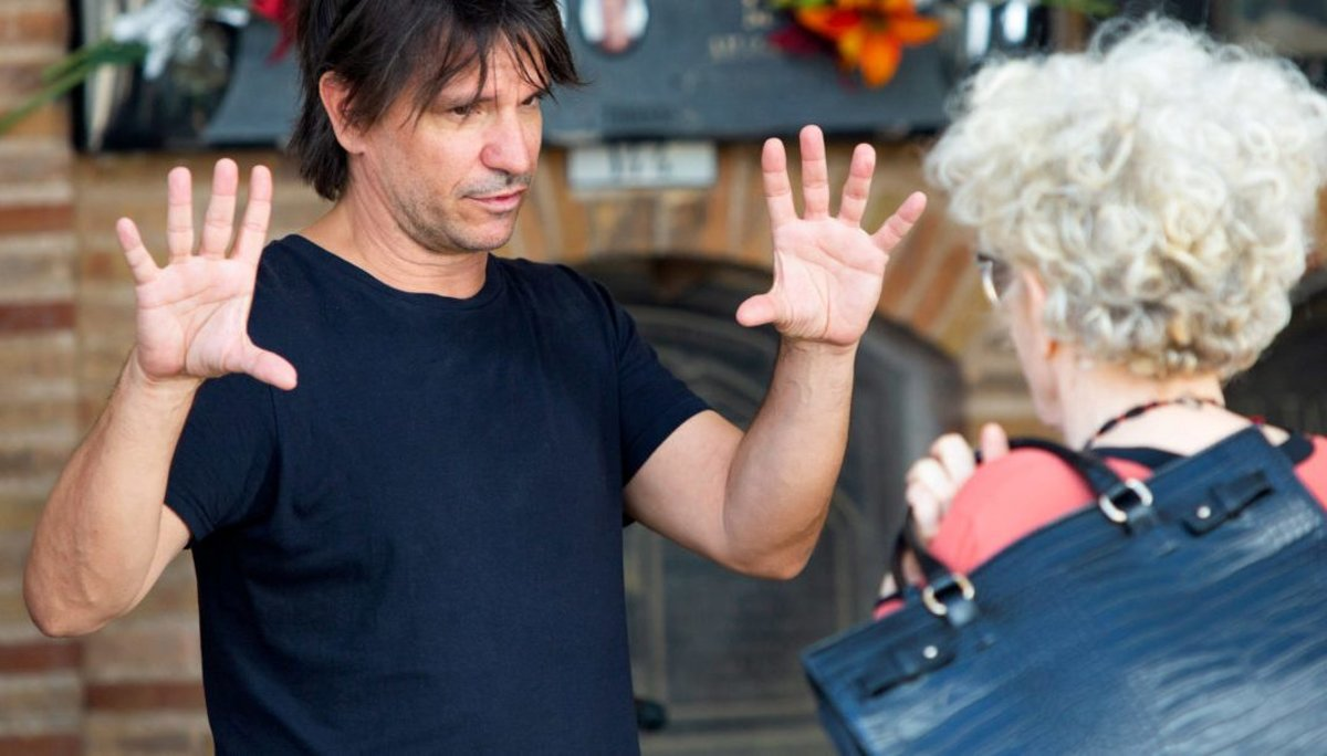 Achero Mañas da instrucciones a Magüi Mira durante el rodaje.
