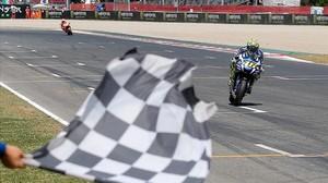 Valentino Rossi cruza primero la línea de meta de Montmeló, por delante de Marc Márquez.