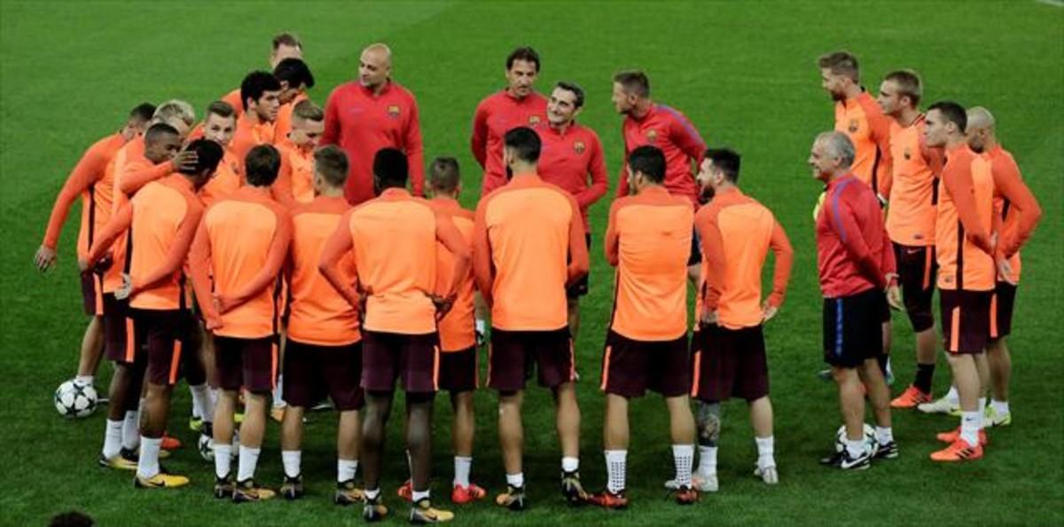 Valverde charla con sus jugadores.