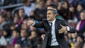 Valverde dirige a los jugadores durante el Barça-Slavia del Camp Nou.