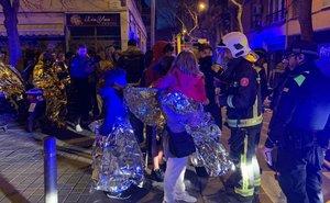 Vecinos fuera de sus casas tras el incendio en la calle de Súria, en Sants.