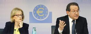 El vicepresidente del BCE, Vítor Constancio, junto a la supervisora del mecanismo de los test de solvencia, Daniele Nouy, durante la rueda de prensa que han ofrecido este domingo en Fráncfort.