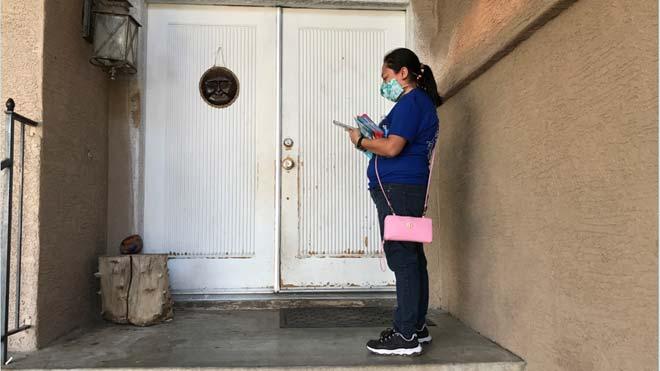Voluntarios puerta a puerta para animar al voto en Phoenix (Arizona).