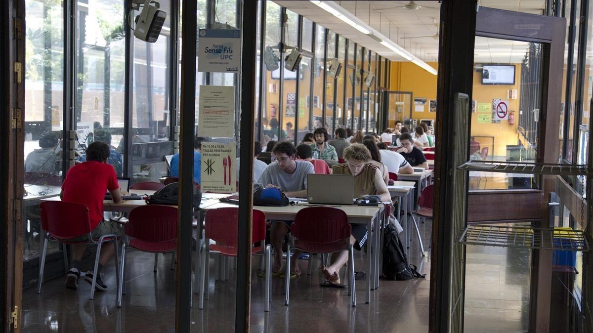 Aula de la escuela superior de Ingeniería Industrial, en la Universitat Politècnica de Catalunya.