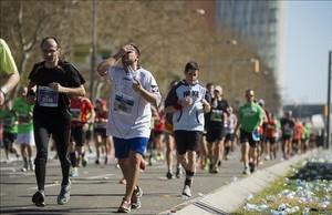 Atletas amateurs, durante la última edición de la Maratón de Barcelona, disputada el 16 de marzo.