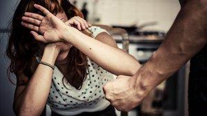 Detingut per amenaçar i colpejar la seva parella i quedar-se amb el nadó de tots dos