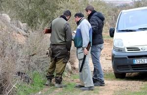 Compañeros de los agentes rurales fallecidos, cerca del lugar de los hechos, en Aspa.