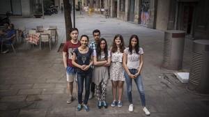 Los jóvenes universitarios Xin, Marghioala, Rafat, Chaimaa, Gayatri y Hanan, en el Raval, su barrio.