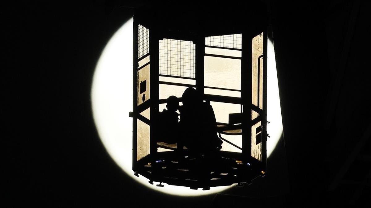 Superluna desde un parque de atracciones de Tokio.