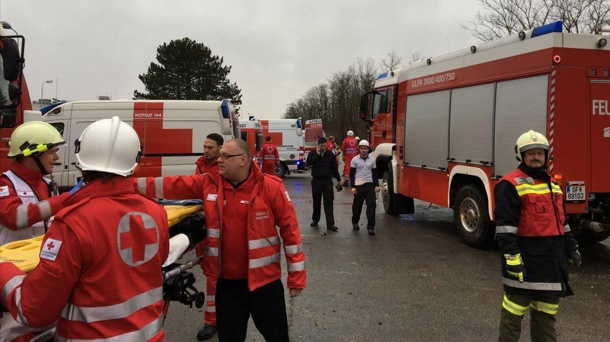 Los equipos de emergencia trabajando en el lugar de los hechos.