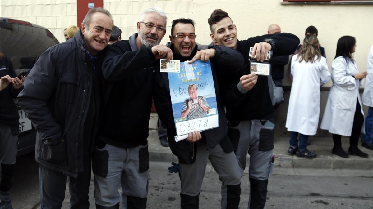 Trabajadores de la empresa Esbelt, en Manlleu, con el quinto premio de la Lotería Nacional.