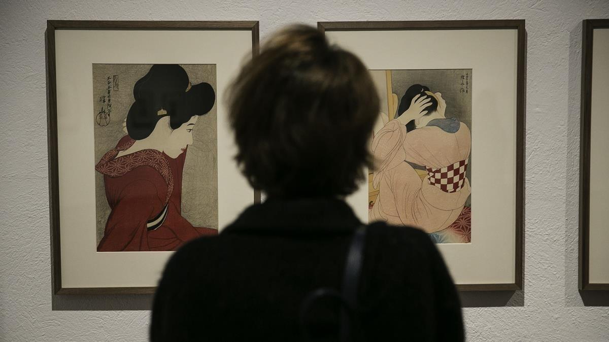 Una visitante observa los grabados Delante del espejo (izquierda) y Mujer vestida con faja obi, en la Fundació Miró.
