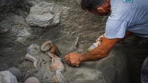Un arqueólogo trabaja en los nuevos hallazgos en Pompeya.
