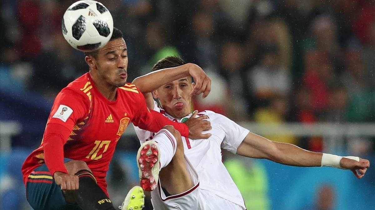 Thiago Alcantara y Faycal Fajr, en el España-Marruecos del Mundial de Rusia.