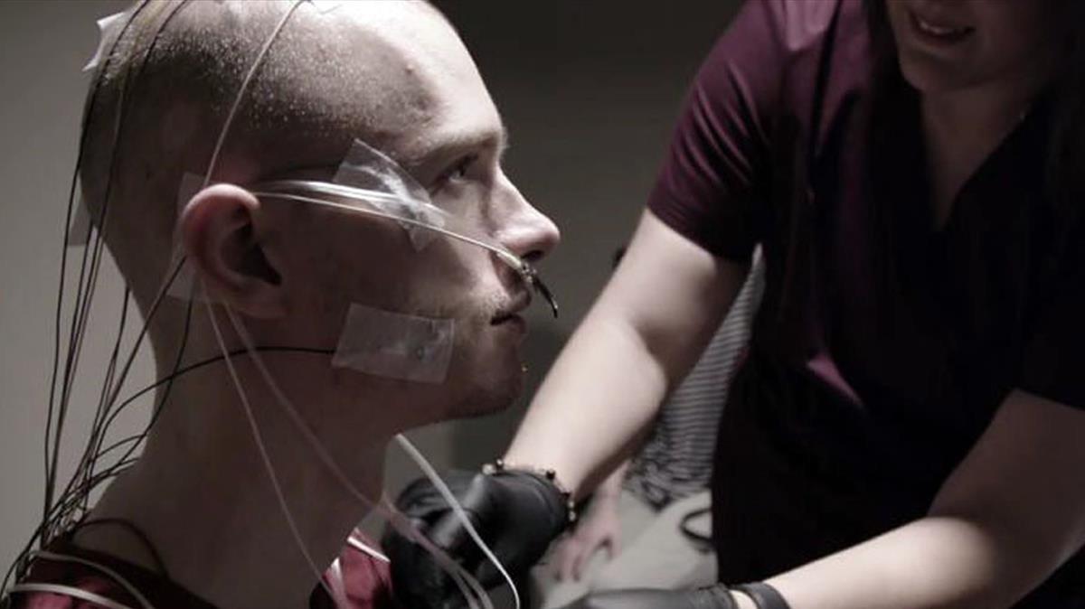 Jake, uno de los protagonistas de Afflicted, sometiéndose a un tratamiento alternativo para hacer frente a una enfermedad desconocida