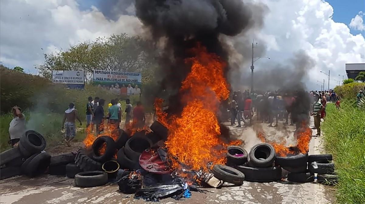 Barricadas incendiadas durante las protestas en la ciudad de Paracaima (Brasil) contra el alud migratorio venezolano.