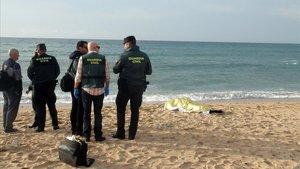 Agentes de la Guardia Civil, junto al cadáver de un inmigrante fallecido en Cádiz, el pasado día 5.