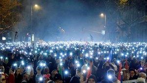 Momento de la manifestación contra la ley de esclavitud ante el Parlamento húngaro, en Budapest.