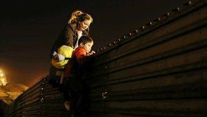 La impactant foto d'un nen a punt de creuar els EUA