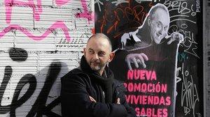 Félix J. Palma, sorteando monstruos en una callede Barcelona.