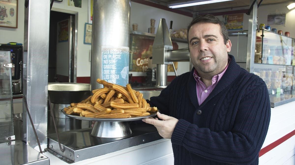 Jordi Argilés, tercera generación de churreros, en el puesto que regenta en la calle de la Marina, el más antiguo de la ciudad.