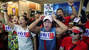 Seguidores del partido Pheu Thai, del exprimer ministro Thaksin Shinawatra, celebran los resultados no oficiales de las elecciones del 24 de marzo de 2019 en Bangkok.