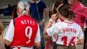 Aficionados con las camisetas de Reyes y Puerta, este domingo en Sevilla.